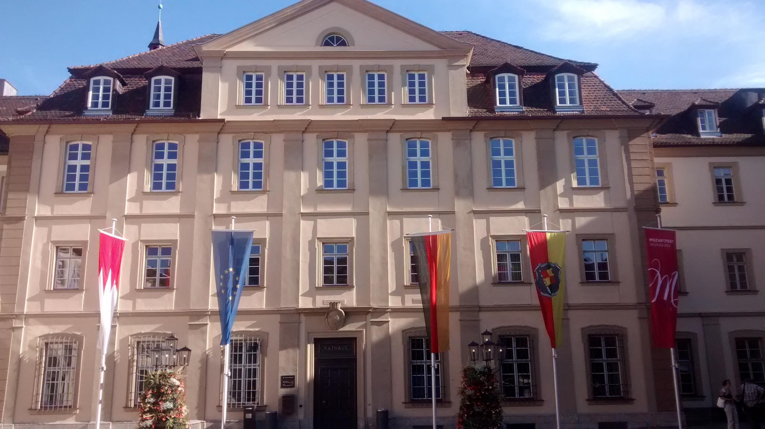 Das Würzburger Rathaus an einem Sommertag